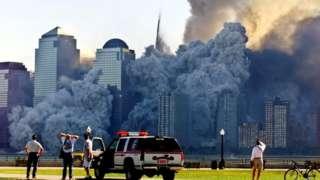 Colapso da primeira das Torres Gêmeas visto de longe, em 11 de setembro de 2001; atentado completa 20 anos