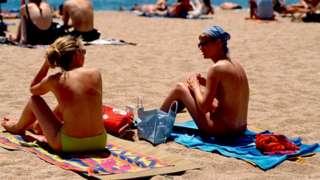Duas mulheres fazem topless na Espanha