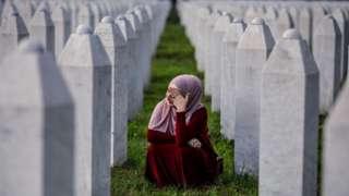 мусульманка біля меморіалу