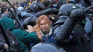 수도 모스크바에서는 전경들이 시위대를 구타하고 끌고 가는 모습이 목격됐다