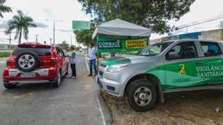 Funcionários da prefeitura de Caruaru pararam carro para medir tempratura de motorista