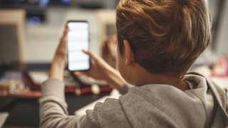 Jovem com celular sem conexão