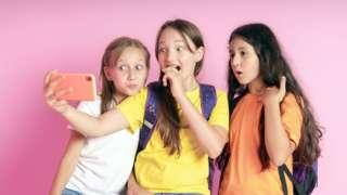 मोबाइल हेर्दै बालिकाहरू