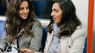 در شیکاگو از گروهی از مسافران اتوبوس و قطار شهری پرسیدیم در مسیر صبحگاهی خود ترجیح میدهند با یک نفر دیگر حرف بزنند یا تنها بنشینند و کاری که معمولا انجام میدهند را بکنند