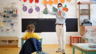 老師在課堂上戴著口罩上課