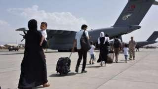 အာဖဂန်နစ္စတန်က လေကြောင်းနဲ့ထွက်ခွာမယ့်သူတွေ