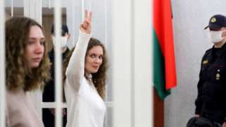 Katerina Andreyeva gave a victory sign in court, next to Daria Chultsova, 9 Feb 21