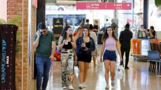People without masks in a shopping centre in Tel Aviv (15/07/21)