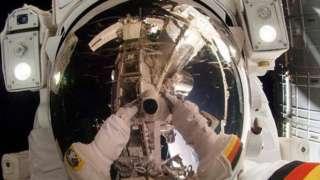 स्पेस स्टेशनबाहेर काम करणारा अंतराळवीर