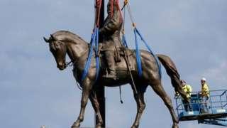 Демонтаж статуи генерала Ли