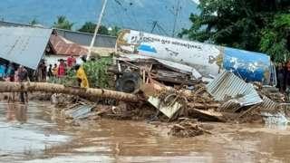 အင်ဒိုနီးရှား၊ ရေကြီး မြေပြို၊ အရှေ့ဖလောရက်စ်ကျွန်းစု