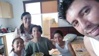 Roberto Jiménez y su familia llevan más de un mes varados en Salinas sin poder volver a Galápagos.
