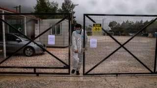 د یونان شمالي ښار اتن ته څېرمه د کډوالو مالاکاسا پنډغالی له تېرو درو اوونیو راهیسې قرنطين دی.