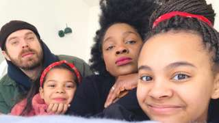 Babeth, William et leurs deux filles Ceryse, 12 ans, et Salomé, 7 ans.