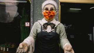 Манекен в маске у магазина в Кельне
