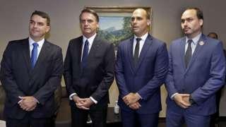 Bolsonaro com os filhos Flavio, Eduardo e Carlos, na diplomação do presidente, em 2018