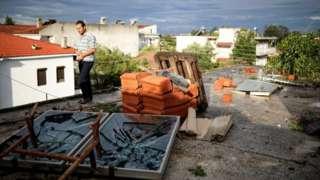 Вырванные ветром оконные рамы и мебель