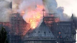 Ire ọkụ n'elu mgbamgbam ụlọụka Notre-Dame Cathedral dị Paris