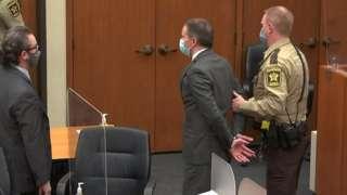 سيبقى ديريك شوفين قيد الاحتجاز وقد يواجه عقوبة السجن لعقود