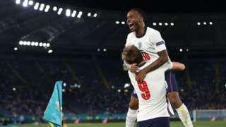 Sterling mở cánh cửa cho tuyển Anh vào sâu bằng các bàn thắng quyết định