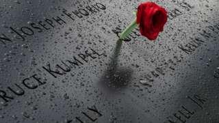 纽约世贸大厦原址附近的纪念碑上有人献上一支玫瑰