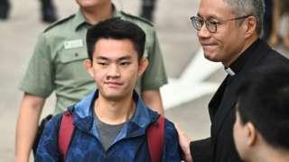 管浩鸣牧师(右)在香港壁屋监狱迎接陈同佳(中)(23/10/2019)