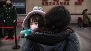 Кытай үй-бүлөлөргө үчүнчү бала күтүүгө уруксат берди