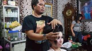 Nacidas en cuerpos masculinos, las calabai a menudo trabajan en salones de belleza o como planificadoras de boda