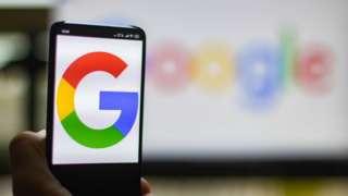 Логотип Google на телефоне
