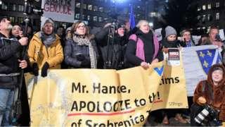 """Göstericiler, """"Handke, Srebrenitsa kurbanlarından özür dile"""" yazılı pankart taşıdılar"""