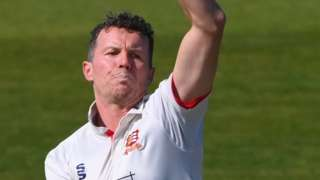 Peter Siddle bowls for Essex