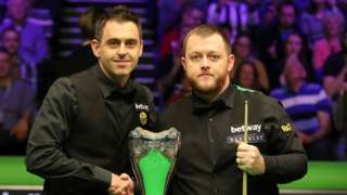 Ronnie O'Sullivan and Mark Allen shake hands before the start of the final