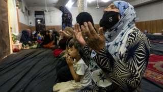 कुन्दुजमा विस्थापित महिला र बालबालिका प्रार्थना गर्दै
