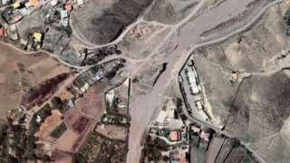 تصویر ماهوارهای از منطقهای در روستای سنجریان در اردیبهشت ۱۴۰۰ در مرکز عکس تغییراتی به وجود آمده که از آغاز پاییز پارسال تا زمستان ایجاد شدهاست.