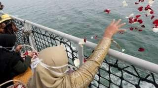 Tabur bunga oleh keluarga korban Sriwijaya Air pada 22 Januari lalu di titik terakhir pesawat itu dideteksi.