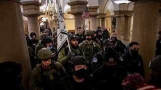Сторонники Трампа, полиция и военные в здании Капитолия