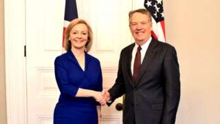Photograph of Liz Truss shaking hands with US trade representative Robert Lighthizer