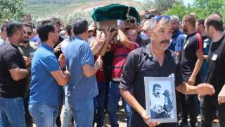"""Manisa'nın Soma ilçesinden hak arayışı için Ankara'ya giden ve dönüş yolunda geçirdikleri trafik kazası sonucu yaşamını yitiren Bağımsız Maden İşçileri Sendikası Başkanı Tahir Çetin ve maden işçisi Ali Faik İnter toprağa verildi. İşçiler için düzenlenen törende konuşan CHP Grup Başkanvekili Özgür Özel, """"Kalabalık cenazeler yerine hak aranırken kalabalık olmak lazım"""" dedi."""