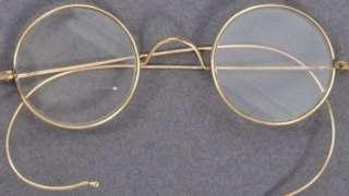 ဒီမျက်မှန်ကို ဂန္ဒီ တောင်အာဖရိကနိုင်ငံကို ခရီးသွားတုန်းက ဝတ်ဆင်ခဲ့