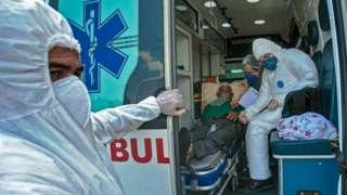 Homem é transportado em ambulância