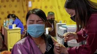 不丹首都廷布一處疫苗接種中心內一位女士接受新冠疫苗注射(26/7/2021)