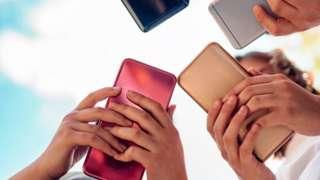 Adolescentes no celular