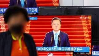 11일 오전 서울 용산구 용산전자상가에서 문재인 대통령의 2021년 신년사 발표 생방송이 중계되고 있다