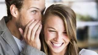 Homem e mulher fofocam