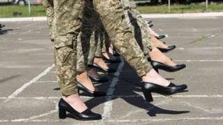 Женщины-военнослужащие на каблуках