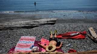 ब्रिटिश कोलम्बियामा गर्मी छल्ने उपायको खोजीमा मानिसहरू