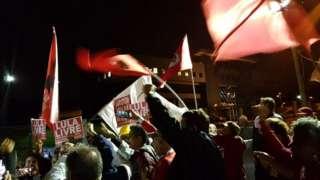 Manifestantes pró-Lula comemoram com bandeiras e cartazes