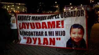 Mãe de Dylan protesta em frente ao Palácio Nacional