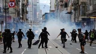 Polícia de choque dispara gás lacrimogêneo contra a multidão para dispersar manifestantes contra a lei de segurança nacional durante uma marcha no aniversário da transferência de Hong Kong à China do Reino Unido em Hong Kong, em 1 de julho de 2020