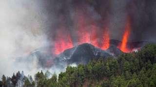 Взрыв над вулканом Кумбре-Вьеха